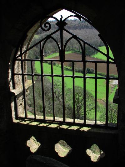 Kitekintés a Tyndale-emlékmű ablakán